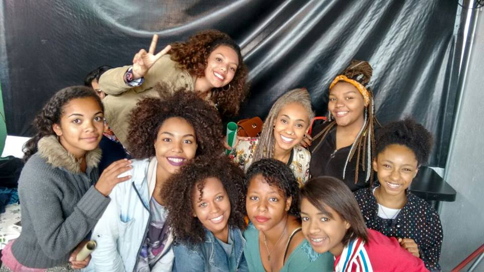 Da esquerda para direita: Amanda. Marina, Camila, Vanessa, Myriane e Flávia Daniela com a poetisa Mel Duarte ao centro no dia de poesia e integração entre Capão e Grajaú.