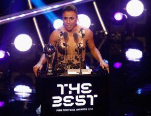 Jogadora Marta recebendo o prêmio de melhor jogadora de futebol do mundo pela sexta vez